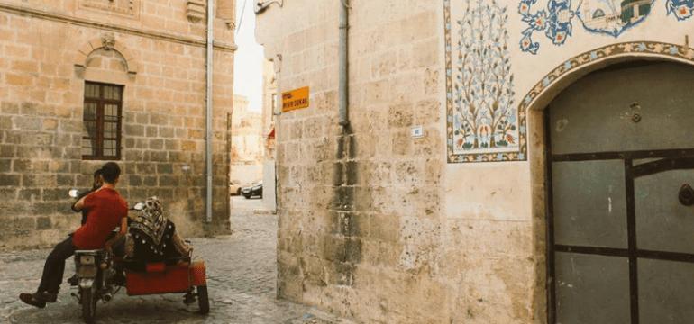 """İbrahim Tekpınar, Urfa'nın Freskleri """"Hacı Kapısı"""" Geleneği"""