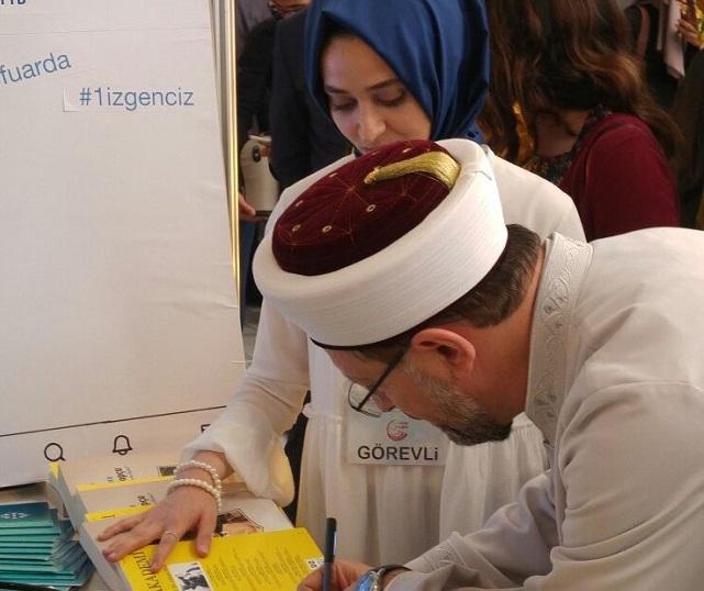Diyanet İşleri Başkanı Erbaş, Genç TYB standını ziyaret etti