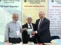 D. Mehmet Doğan fuarda kitaplarını imzaladı