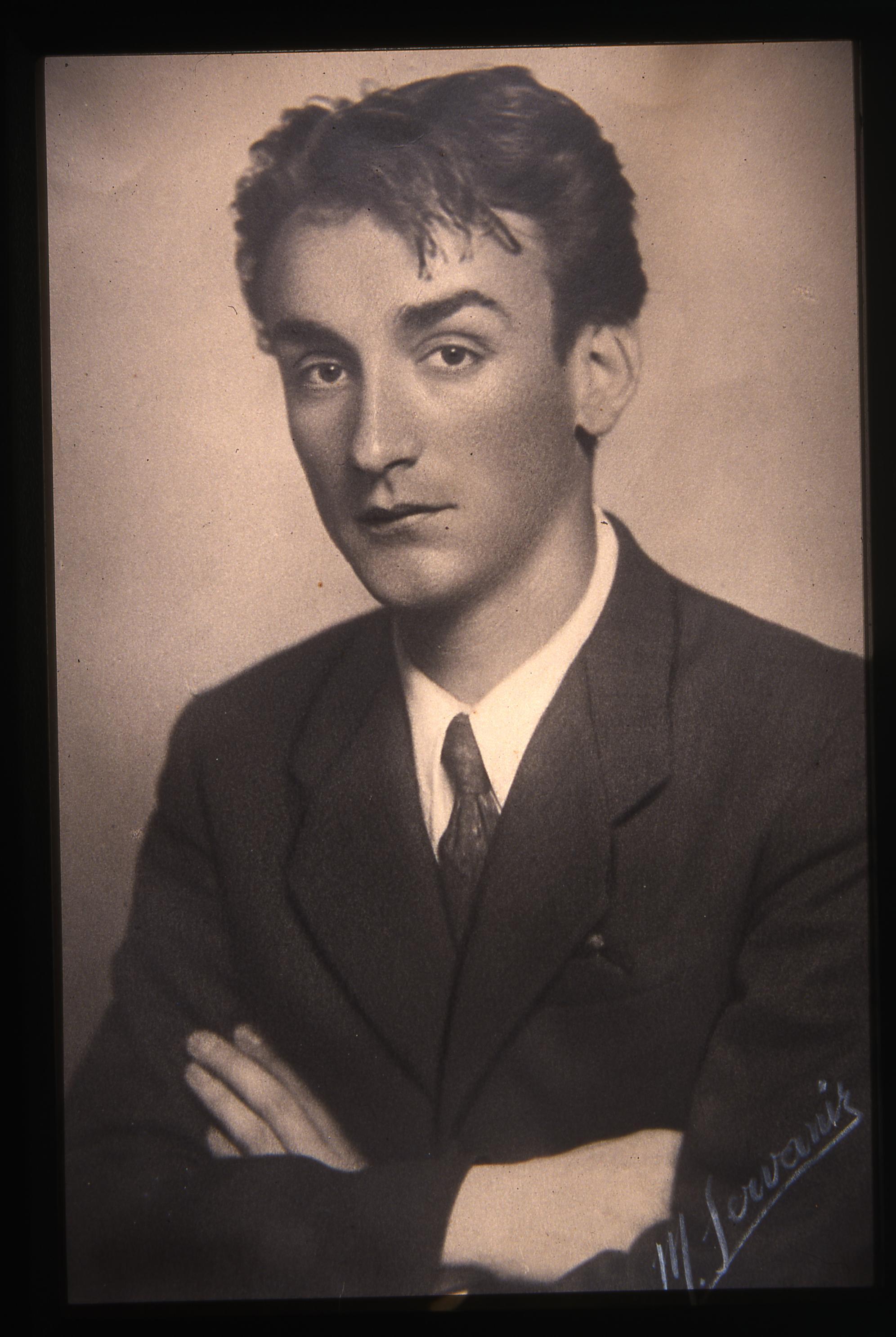faik-baysal-sarduvani-yazdigi-yillarinda-1940lar.jpg